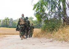 Militairen met kanonnen Stock Afbeelding