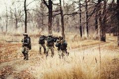 Militairen met kanonnen op het gebied Stock Afbeeldingen