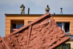 Militairen met verrekijkers op de bovenkant van het gebouw Stock Fotografie
