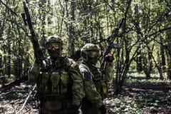 Militairen met wapens in bos Royalty-vrije Stock Foto's