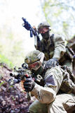 Militairen met wapens op oefeningen Stock Foto's