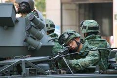 Militairen op een tank Stock Foto