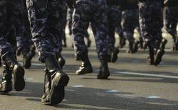 Militairen op maart stock afbeelding