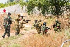 Militairen op manoeuvres Stock Foto's