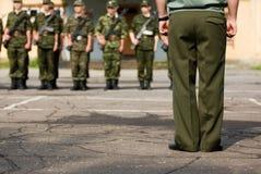 Militairen vóór parade Stock Afbeelding