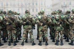 Militairen vóór parade Royalty-vrije Stock Foto's