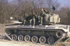 Militairen van de van de het Legertank van Verenigde Staten de Korpsenzitting op Tank, Kansas royalty-vrije stock afbeeldingen