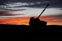 militairen in volledig toestel De militaire scène van het tanksilhouet op hemelachtergrond Stock Fotografie