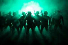 militairen in volledig toestel Militaire silhouetten die scène op de hemelachtergrond van de oorlogsmist bestrijden, de Silhouett stock foto