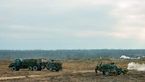 militairen in volledig toestel Militaire silhouetten die scène op rokerige hemelachtergrond bestrijden stock fotografie