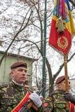 Militairen in vorming met vlag Royalty-vrije Stock Afbeeldingen