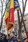 Militairen in vorming met vlag Royalty-vrije Stock Fotografie