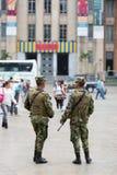 Militaires armés dans la rue de Medellin en Colombie Photos stock