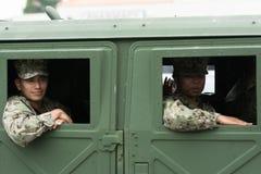 Militaires des USA à l'intérieur du véhicule Images stock