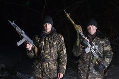 Militaires doublement armés. Photographie stock