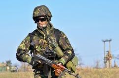 Militaires roumains dans le poligon militaire roumain photos stock