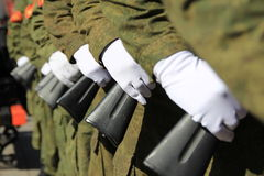 Militaires sur le défilé images libres de droits