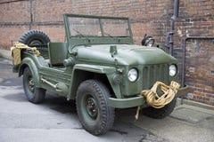 Militaires verts outre de voiture de route Photo stock