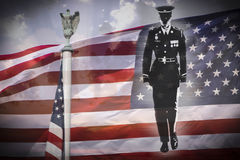 Militairsilhouet, Amerikaanse adelaar en de Nationale vlag van de V.S. stock foto