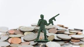 Militairstuk speelgoed met muntstukken (ondiepe diepte van gebied) stock foto's