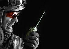 Militar com o transceptor do rádio portátil Imagem de Stock Royalty Free