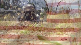 Militar com rastejamento da arma e a bandeira americana video estoque