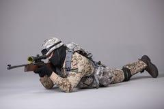 Militar com rifle de atirador furtivo Foto de Stock Royalty Free