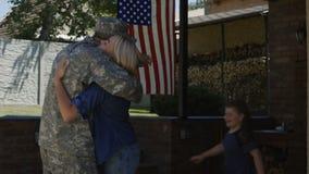 Militar emocionado de la reunión de la familia en casa metrajes