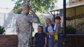 Militar emocionado de la reunión de la familia en casa almacen de metraje de vídeo