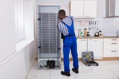 Militar en el trabajo total en el refrigerador imagen de archivo libre de regalías