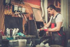 Militar en un taller de la carrocería Foto de archivo