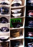 Militar-Hüte in Portobello-Markt lizenzfreie stockbilder