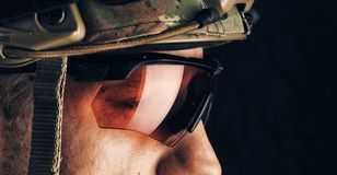 Militar no capacete e nos vidros Fotografia de Stock Royalty Free