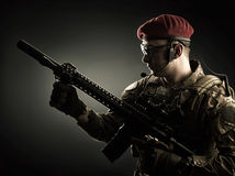 Militar novo na camuflagem italiana que guarda a espingarda automática Fotos de Stock