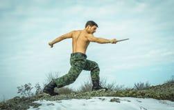 Militar que entrena a artes marciales en naturaleza Fotografía de archivo libre de regalías