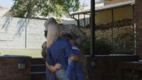 Militar que vuelve a casa a la familia almacen de metraje de vídeo