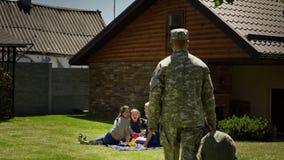 Militar que vuelve a casa a la familia fotografía de archivo