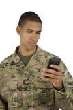 Militar Texting del afroamericano Fotos de archivo