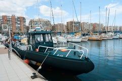 Militarboot in haven stock fotografie