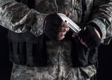 Militare con un coltello in una fine della mano su Immagine Stock Libera da Diritti