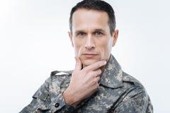 Militare premuroso che tiene il suo mento fotografia stock libera da diritti