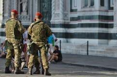 Militares armados en el centro histórico en Florencia Imágenes de archivo libres de regalías