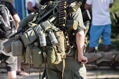 Militares con una mochila fotos de archivo libres de regalías
