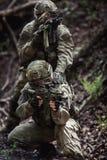 Militares en la asignación en bosque Fotos de archivo libres de regalías