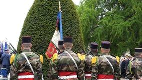Militares franceses en los uniformes que sostienen la bandera de Frenc en el armisticio Imagen de archivo libre de regalías