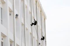 Militares japoneses que rappelling abaixo da corda Imagens de Stock Royalty Free