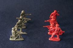 Militares plásticos del juguete en la guerra Imagenes de archivo