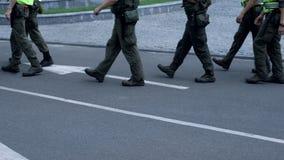 Militares que mantienen seguridad pública en el festival, prevención del attentado terrorista fotografía de archivo