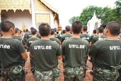 Militares tailandeses alrededor de un templo. Foto de archivo libre de regalías