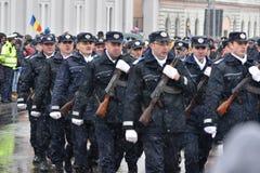 Militares y oficiales que desfilan en un evento nacional Fotos de archivo